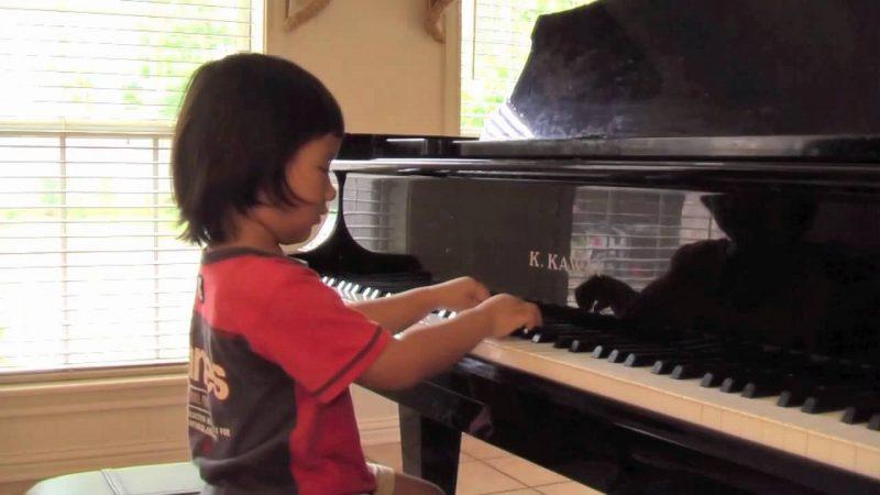 bé 4 tuổi học đàn piano