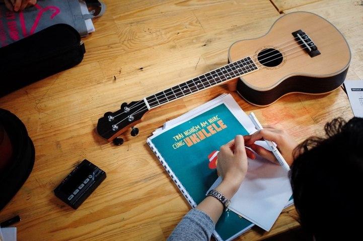 học cách đánh đàn ukulele