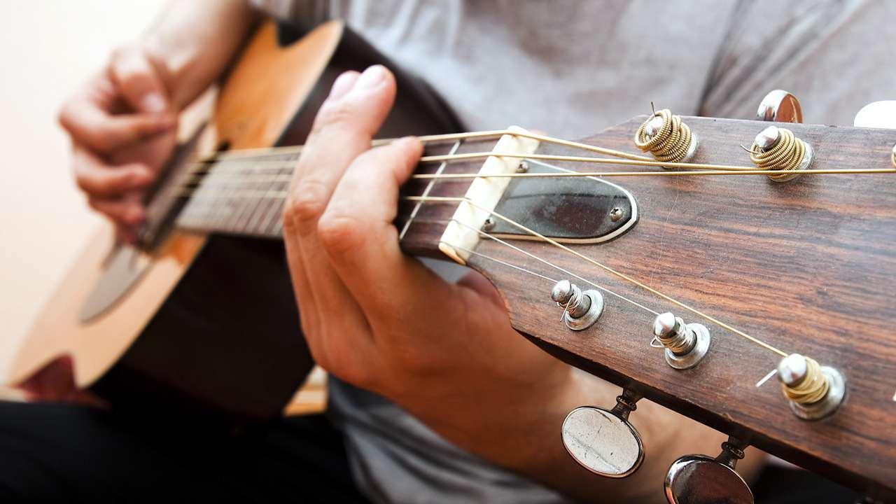 Học phí 1 khóa học đàn Guitar giá bao nhiêu tiền?