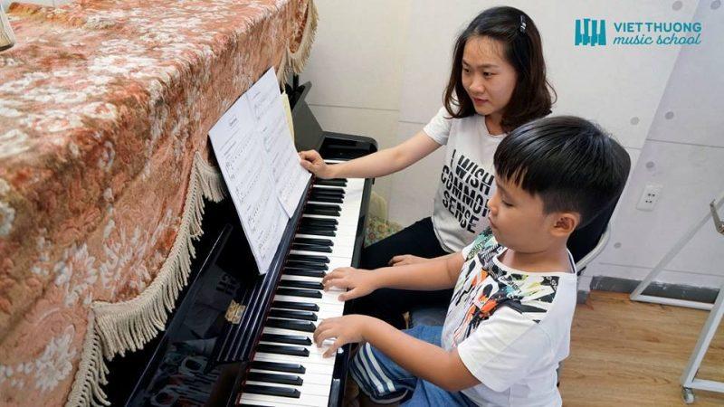 Ai cũng biết học đàn piano mang lại rất nhiều lợi ích cho trẻ, nhưng để biết được bé mấy tuổi thì nên học piano là tốt nhất thì không phải phụ huynh nào cũng trả lời được.