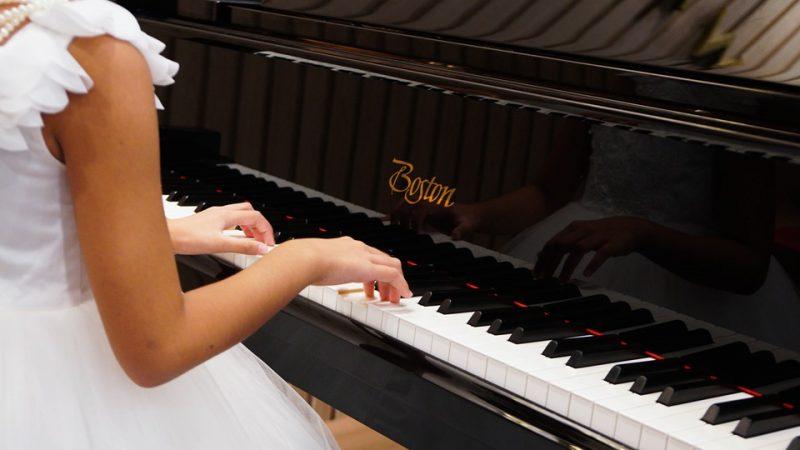 bé 4 tuổi học đàn piano được chưa?