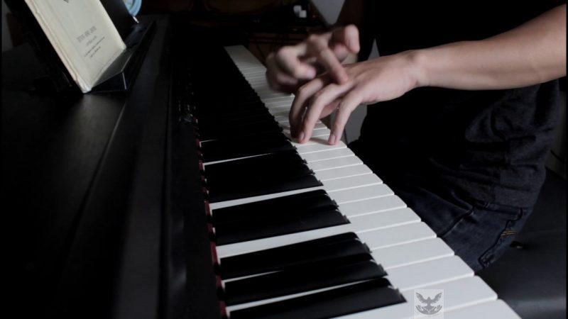 đặt tay trên phím đàn