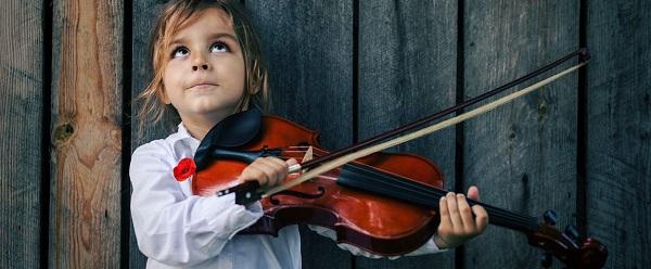 Trẻ học nhạc một mùa hè có chơi đàn được không?