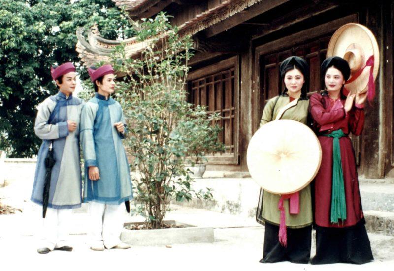 Violon được du nhập vào Việt Nam từ những năm đầu thế kỷ XX, cùng với nhiều nhạc cụ giao hưởng phương Tây khác và nhạc cụ này ngày càng trở nên quen thuộc và phổ biến trong đời sống âm nhạc xã hội nước ta.