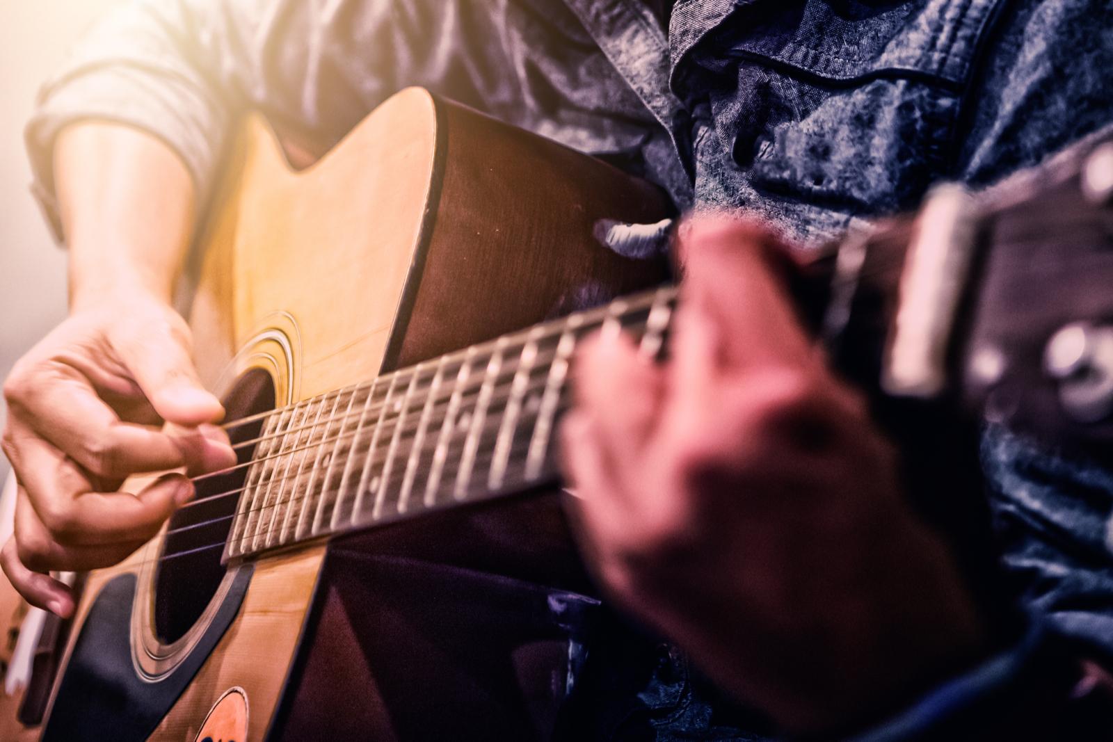 Diễn tấu thang âm, điệu thức, hoà thanh trong khi chơi guitar