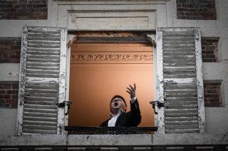 """Ca sĩ opera Pháp - Stephane Senechal - trình diễn ca khúc """"O sole mio"""" từ cửa sổ nhà anh ở Paris"""