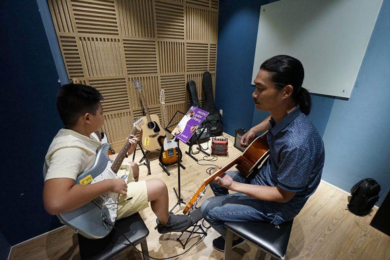 học sinh học tập tại trường nhạc Việt Thương Music School