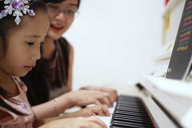 Muốn học nhạc, các em trước hết phải có niềm yêu thích, có đam mê, sau nữa là cần có năng khiếu. Đó là sự nhanh nhạy trong nhận thức, phản ứng (nhớ nhịp phách, tay đàn…), có thính giác âm nhạc, biết nghe, biết cảm thụ nhanh những yếu tố của âm nhạc như tiết tấu, cao độ.