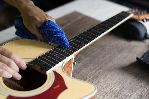 vệ sinh đàn guitar