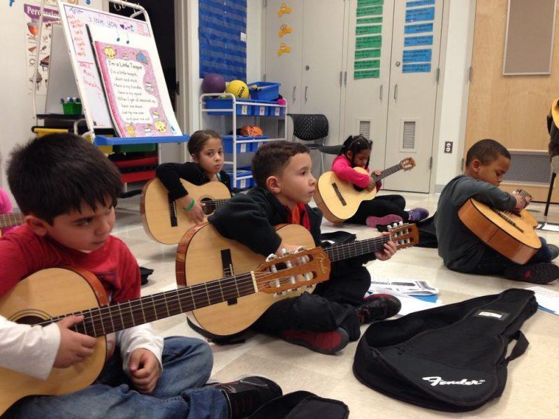 Giúp trẻ học nhạc cho tốt không thể chỉ là trang bị nhạc cụ, thiết bị hỗ trợ xịn hay tìm thầy dạy giỏi. Các bậc phụ huynh còn phải biết cách động viên, khuyến khích kịp thời cho sự phát triển tài năng ở trẻ